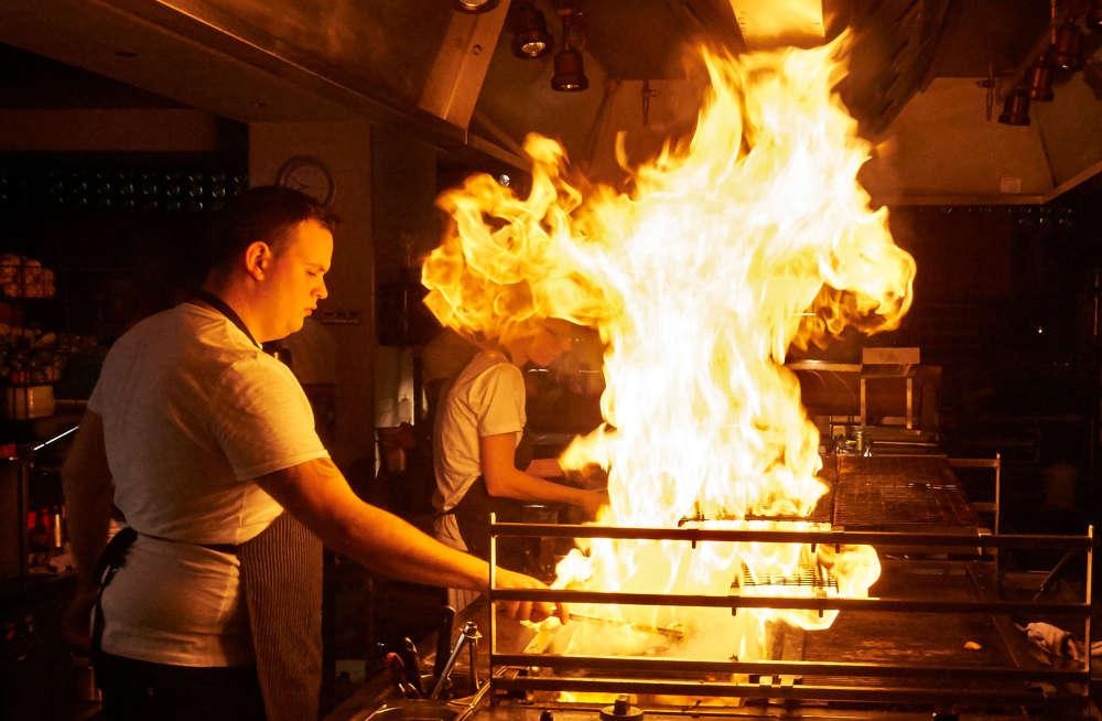Grill mit hohen Flammen
