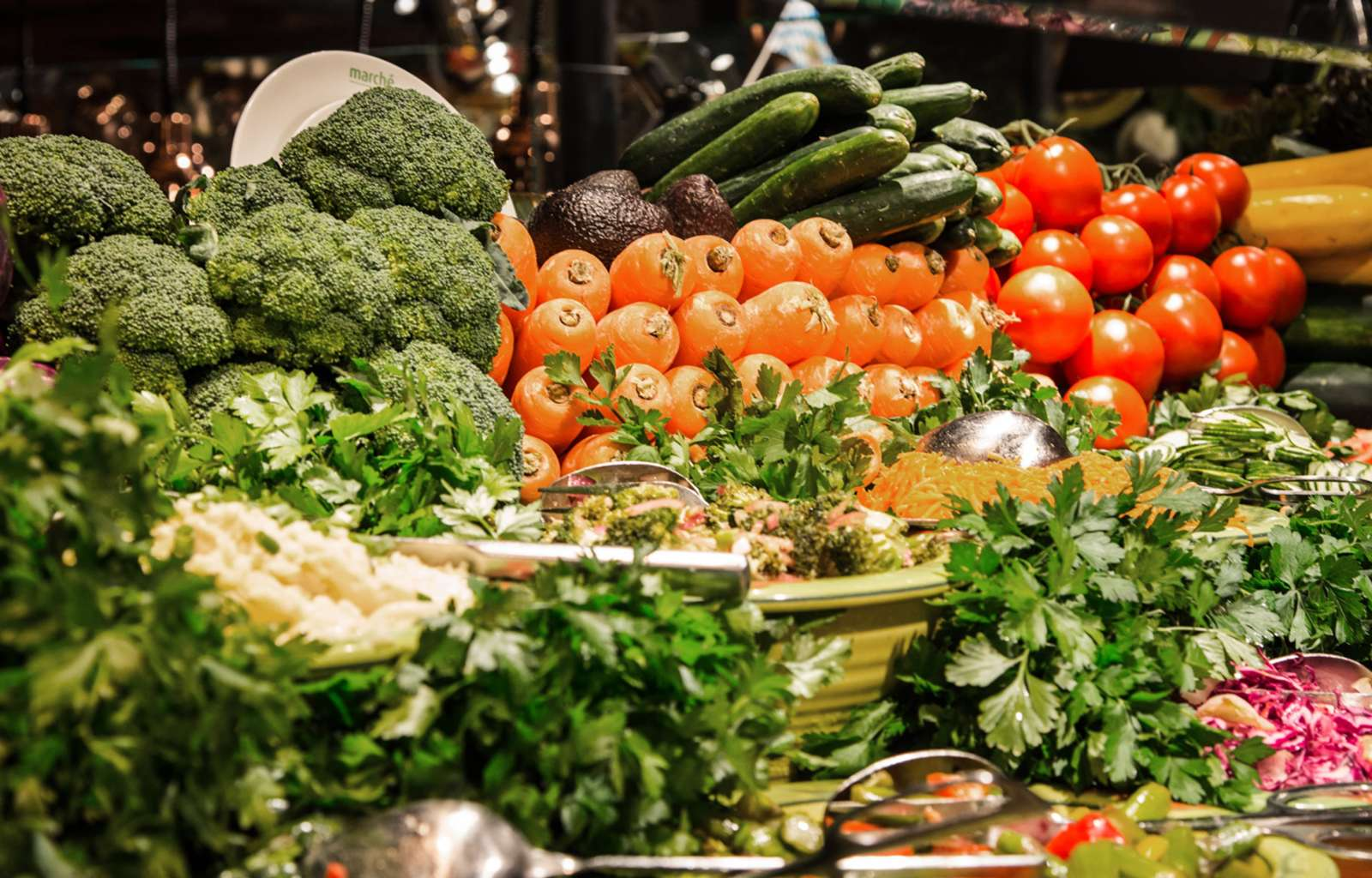 Farbenfrohe und üppige Gemüse-Dekoration bei Marché - wie auf einem Marktplatz