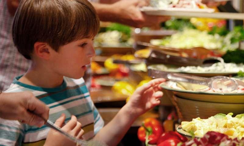 Kind stellt sein Essen am Buffet zusammen
