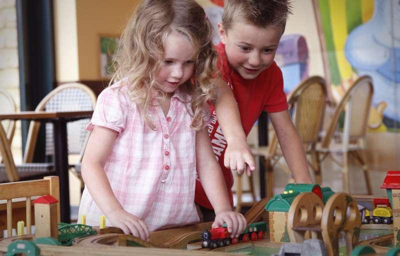 Für Kinder befindet sich in jedem Restaurant ein BRIO Spieltisch.
